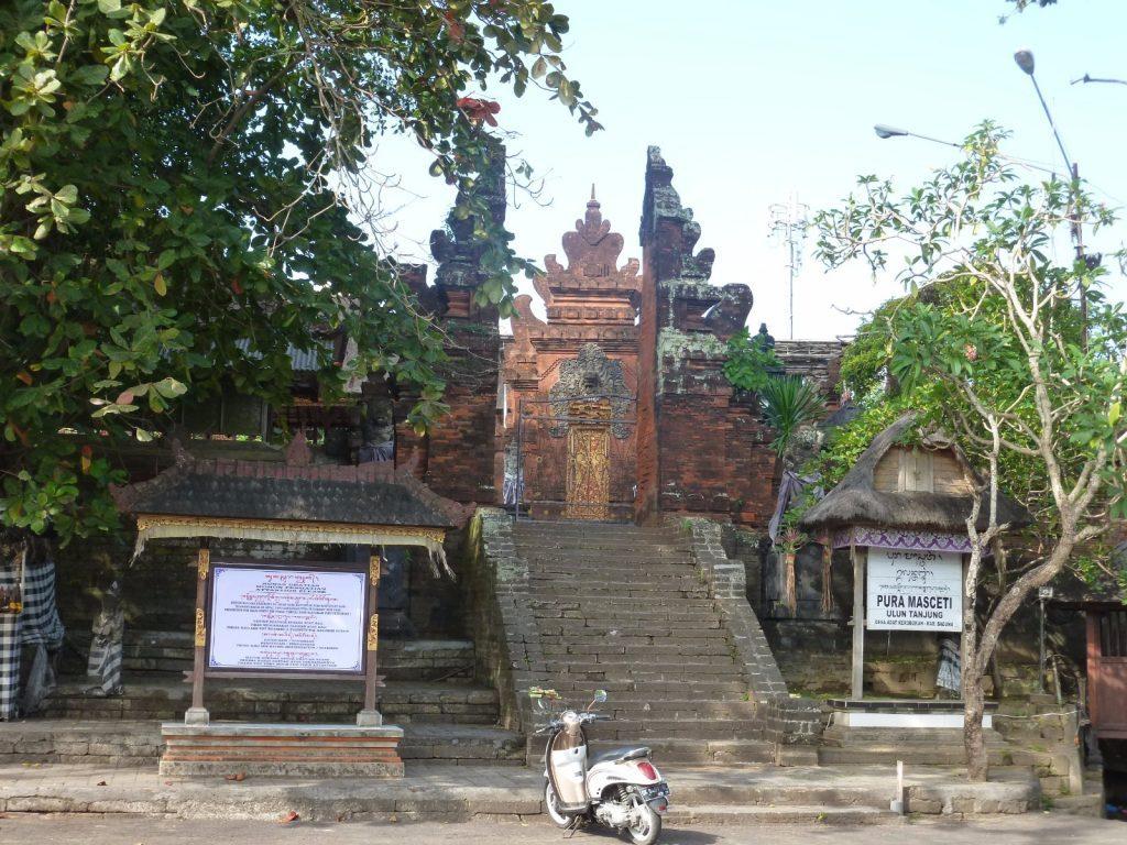 à seminyak à l'ouest d'ubud le temple de petitenget beach