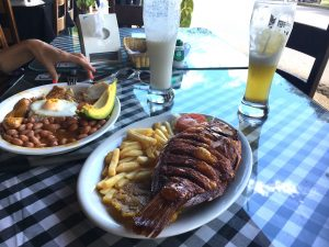 medellin-guatape-dejeuner-paisa