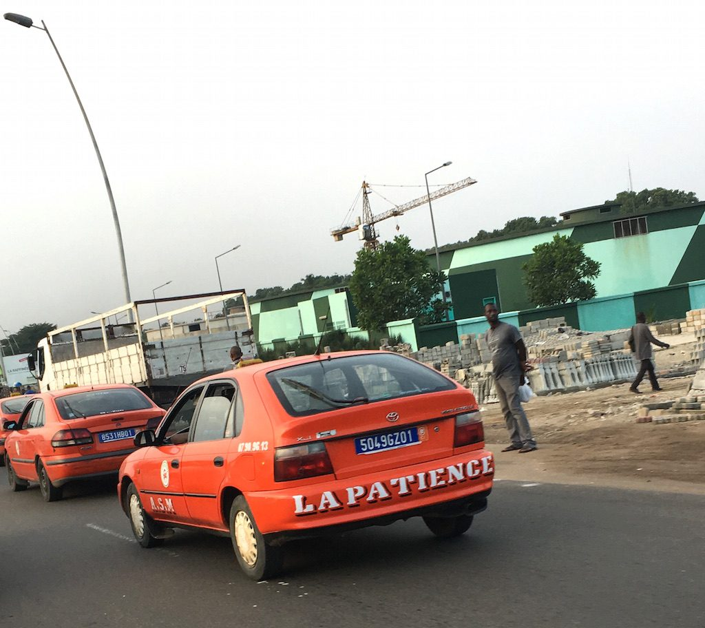 visiter abidjan-taxi-rouge
