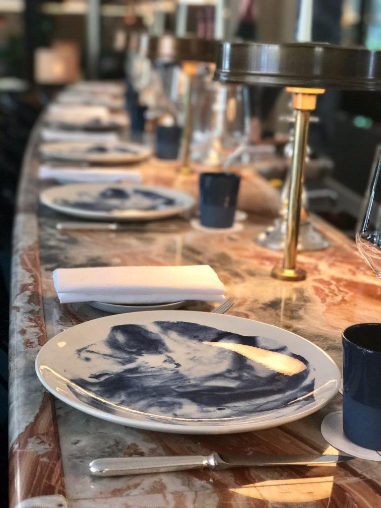 les-exploratrices-paris-restaurant-divellec-bar-marbre-rose