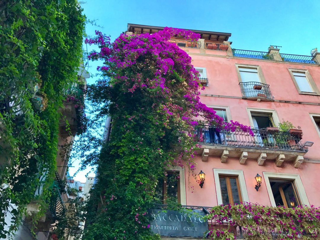 les-exploratrices-roadtrip-taormina-facade-coloree