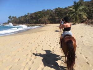 la république dominicaine authentique c'est se balader à cheval au bord de la mer